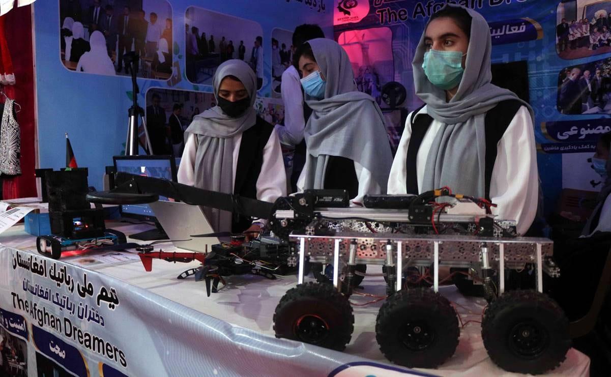 Equipo femenil de robótica de Afganistán logra escapar del país, ya está en Qatar