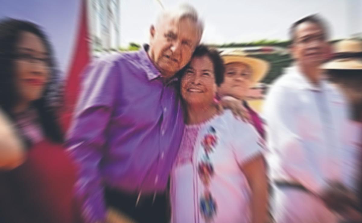 Mamá de líder de extorsionadores en mercado de la CDMX presume fotos con AMLO