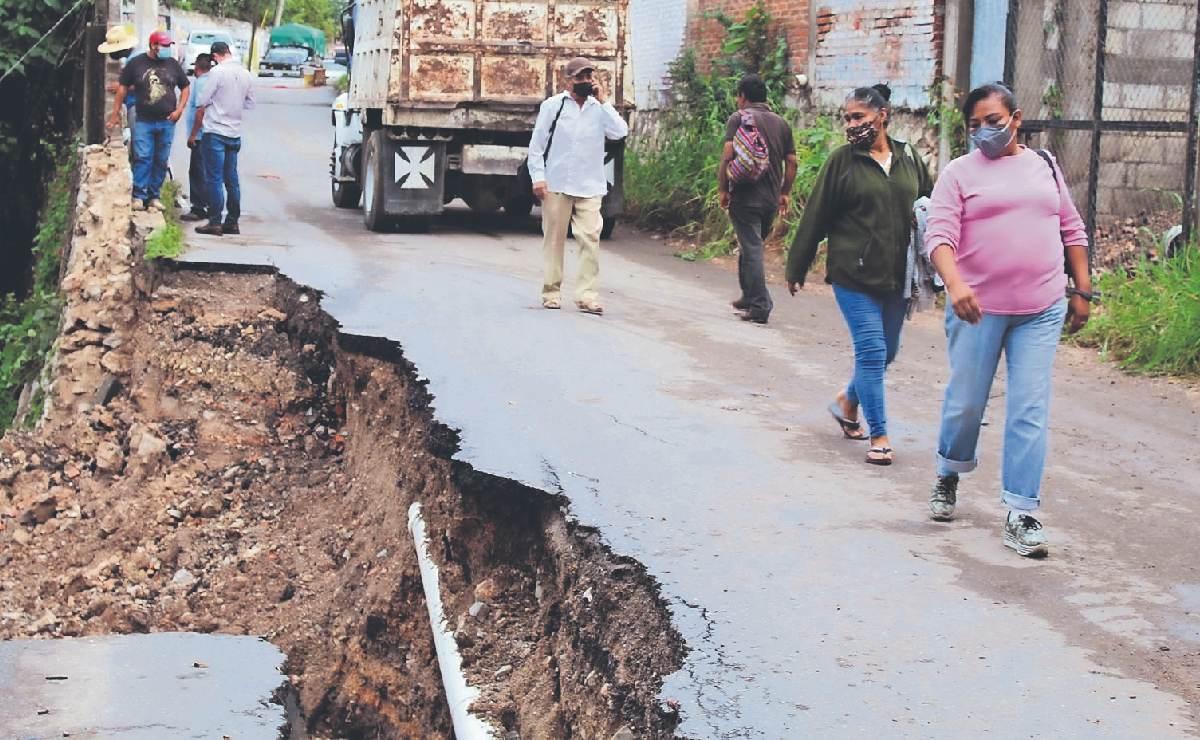 Basura provoca inundación y deja un señor hoyo en plena calle, en Morelos