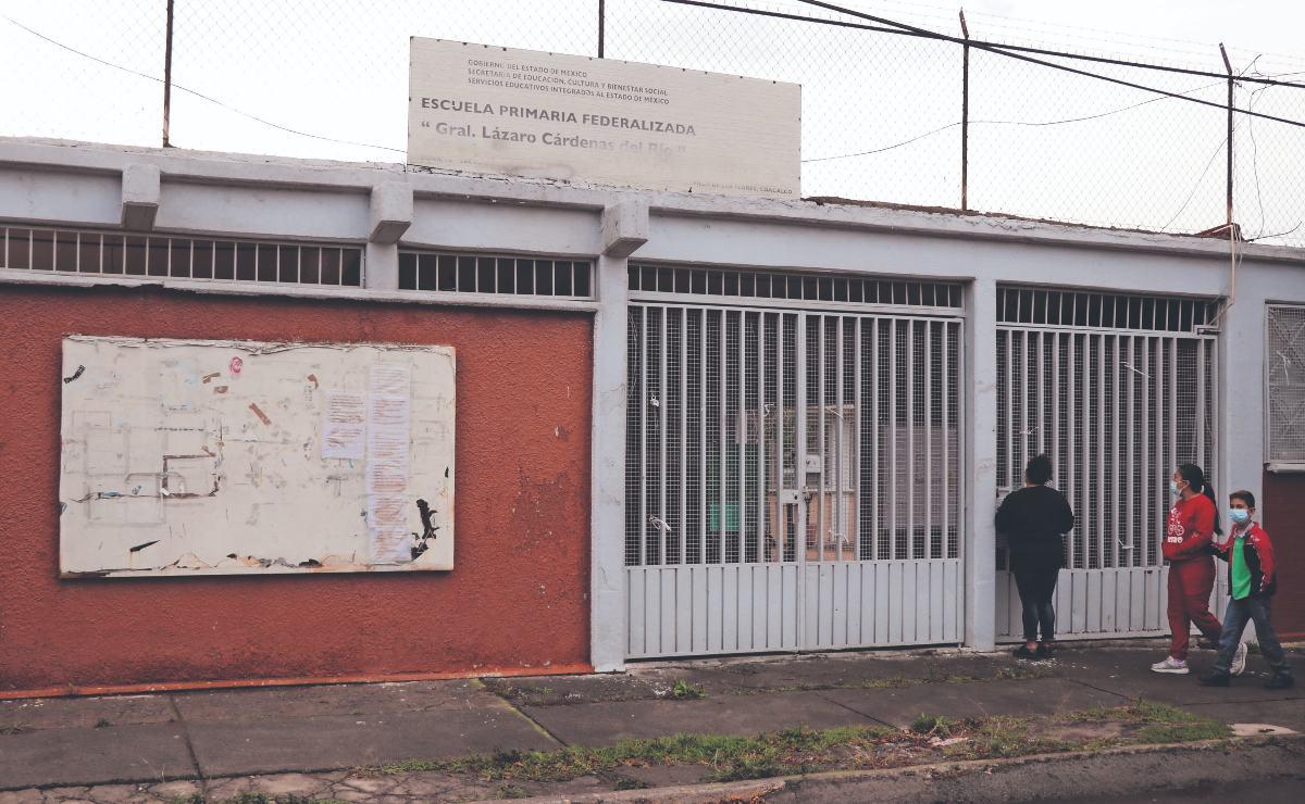 Chavitos llegan temprano a clases presenciales y maestros los dejan plantados, en Edomex