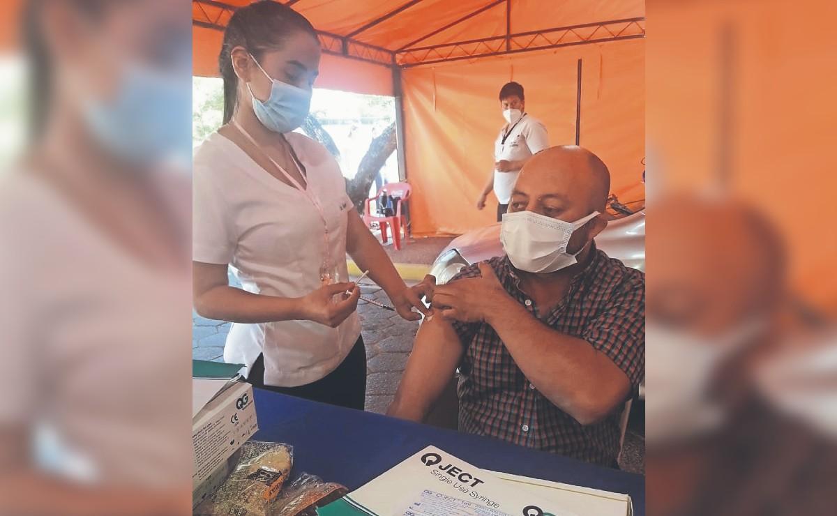 Enfermera que se desnuda causa sensación en la fila de vacunación contra el Covid
