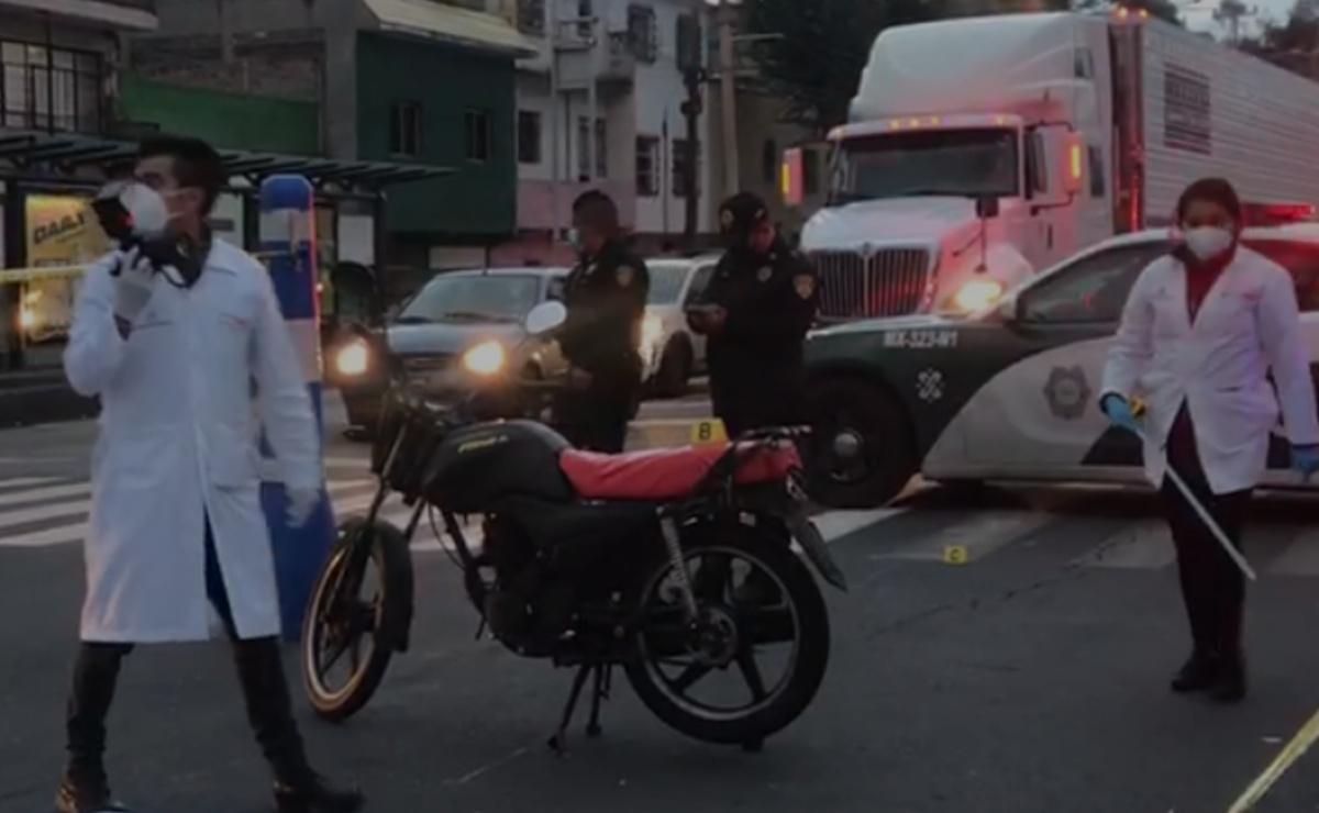Pasajero de moto muere arrollado por Metrobús que no alcanzó a esquivarlo, en CDMX