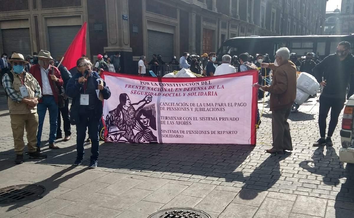 Trabajadores y jubilados reclaman resultados a AMLO, mientras daba Tercer Informe de Gobierno