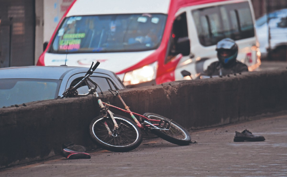 Camioneta invade carril confinado del Mexibús y mata a ciclista en segundos, en Ecatepec