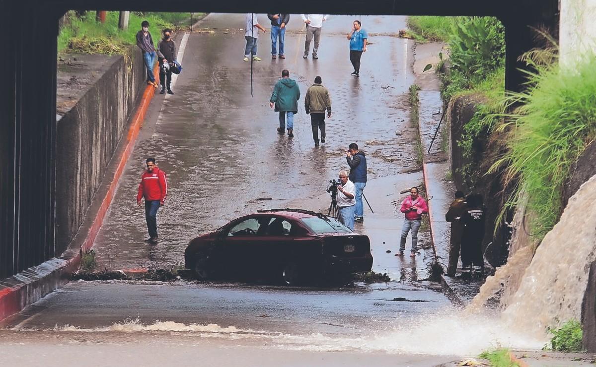 Tormenta azota a varios municipios de Morelos, deja afectaciones y un auto bajo el agua