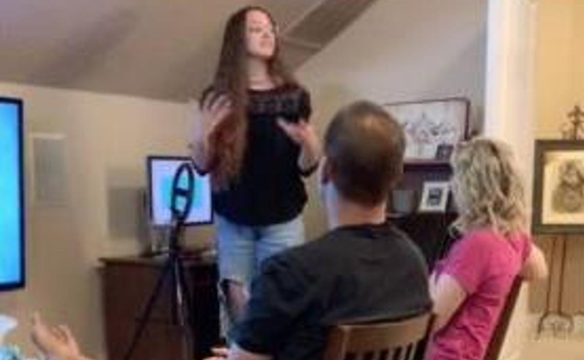 Chava crea una presentación de PowerPoint para explicarles a sus padres que es stripper