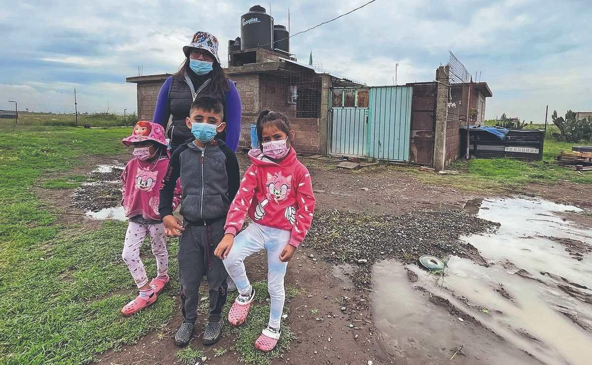 Montan valla humana para evitar que Ejército Mexicano derrumbe su casa, en Edomex