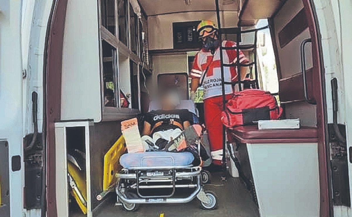 Repartidor en moto termina con los huesos rotos tras chocar contra camioneta, en Morelos