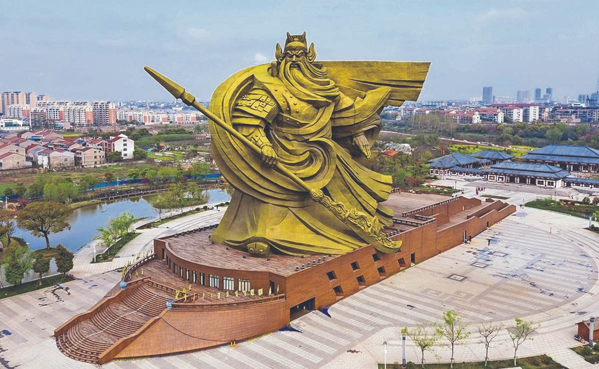 Tras fuertes críticas, China gastará millonada para desplazar estatua gigantesca de bronce