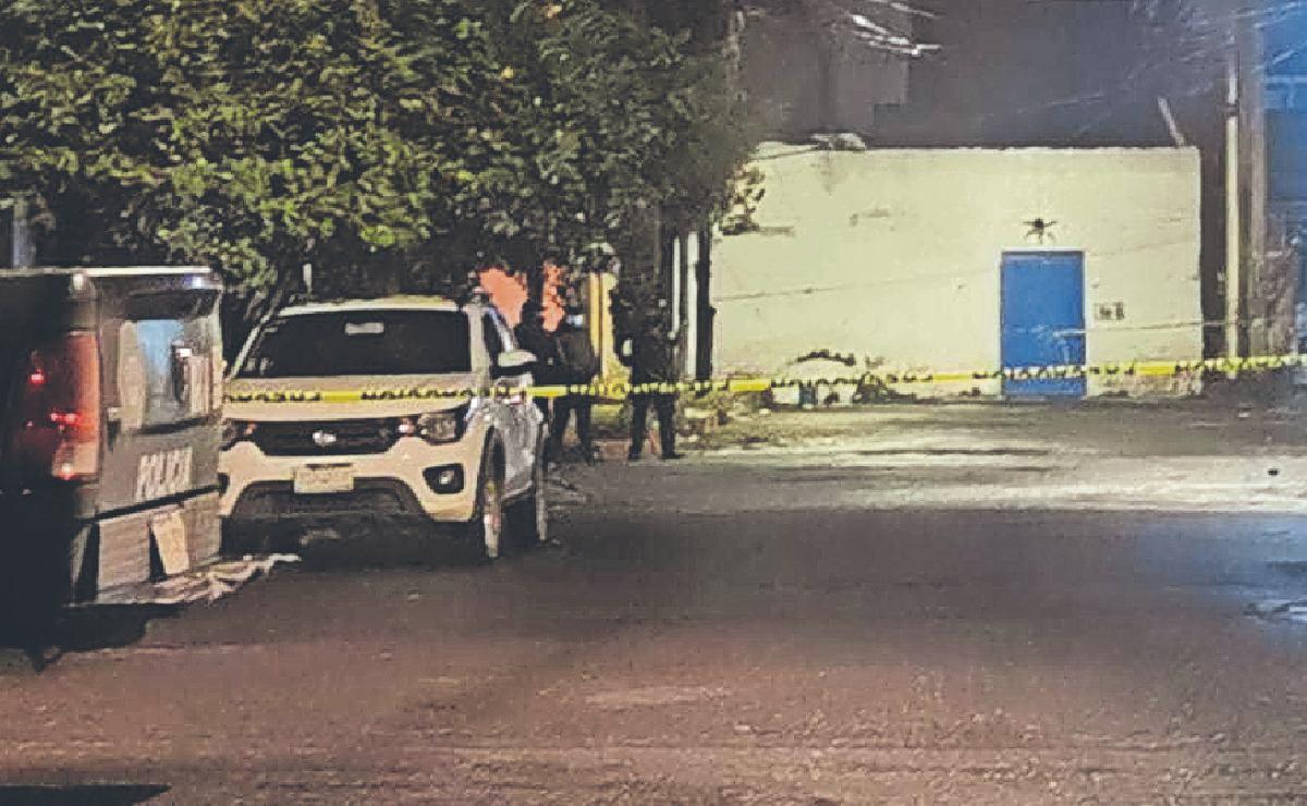Fulminan a tiros a tres amigos que echaban chela afuera de una tienda, en CDMX