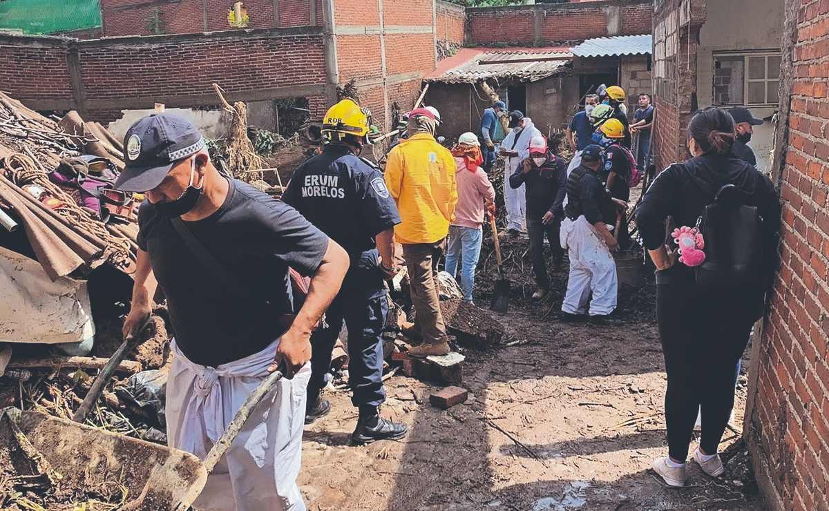 Vecinos se unen a las labores de limpieza en las zonas inundadas, en Morelos