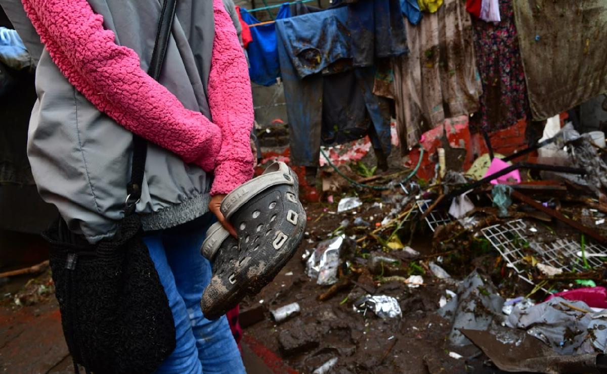 Afectados por inundación en Ecatepec piden que militares saquen basura y agua para limpiar