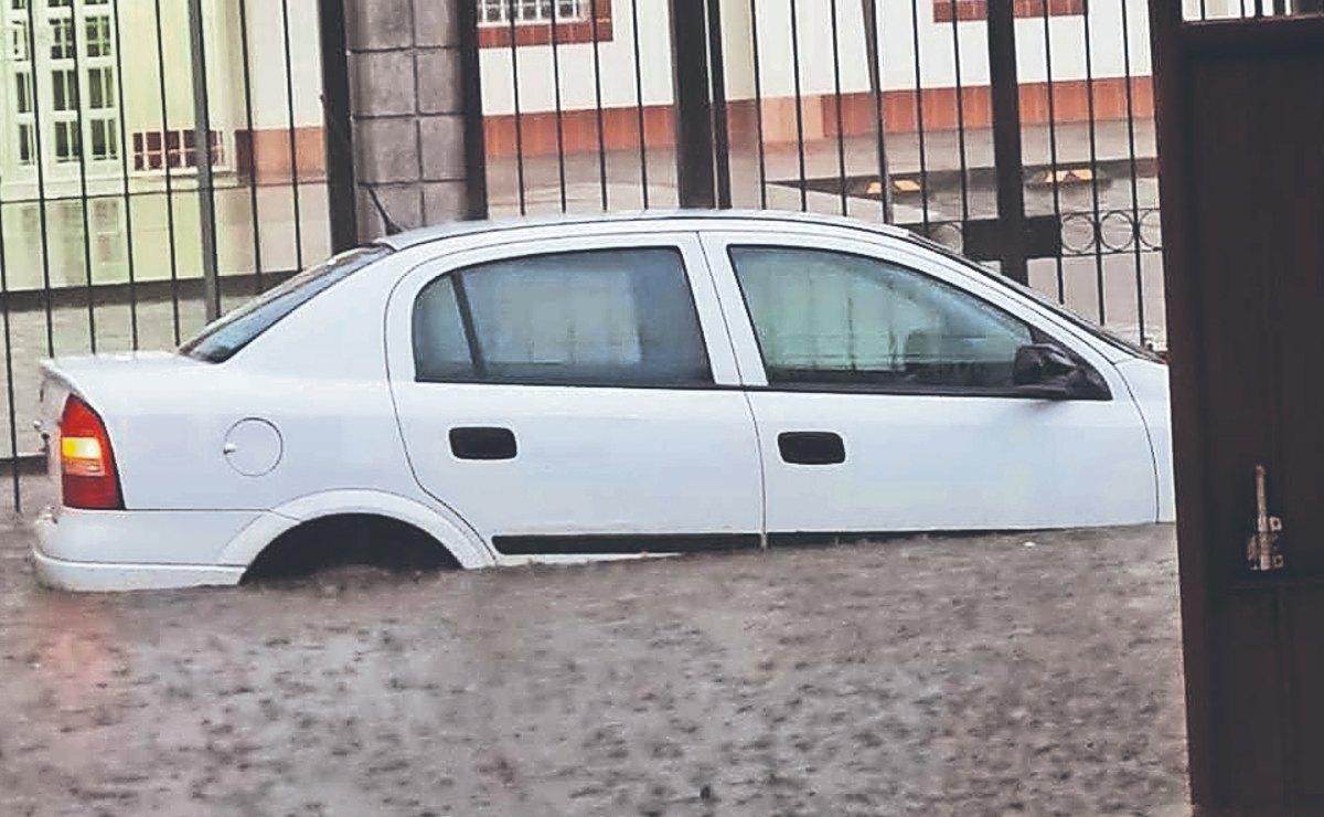 Fuerte tormenta en Coacalco deja 80 casas sumergidas y daños en varios vehículos