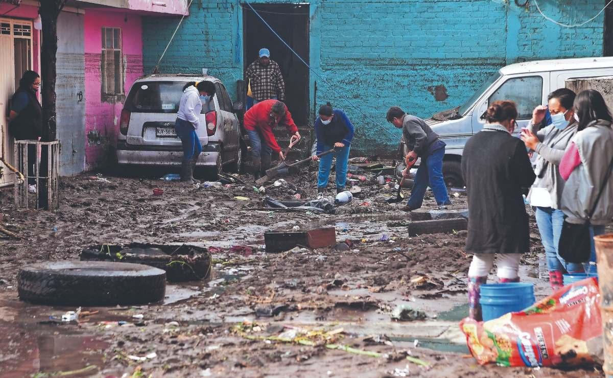Vecinos de Ecatepec pierden todo por la lluvia, pasaron la noche quitando el lodo