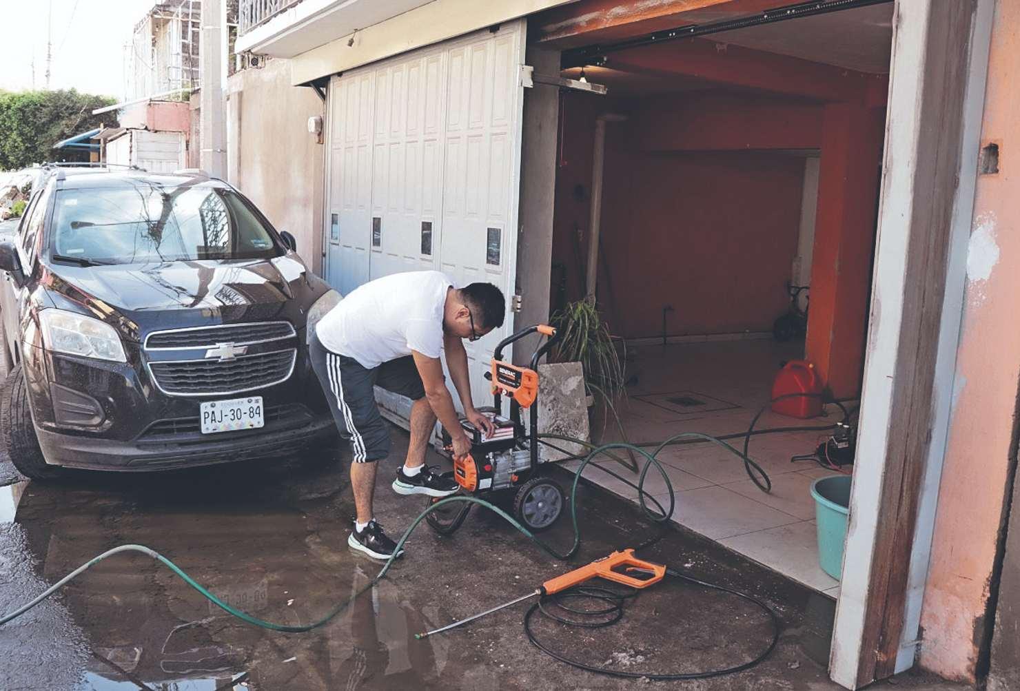 Por inundación, vecinos de Ecatepec tienen que gastar más para reabastecer servicios