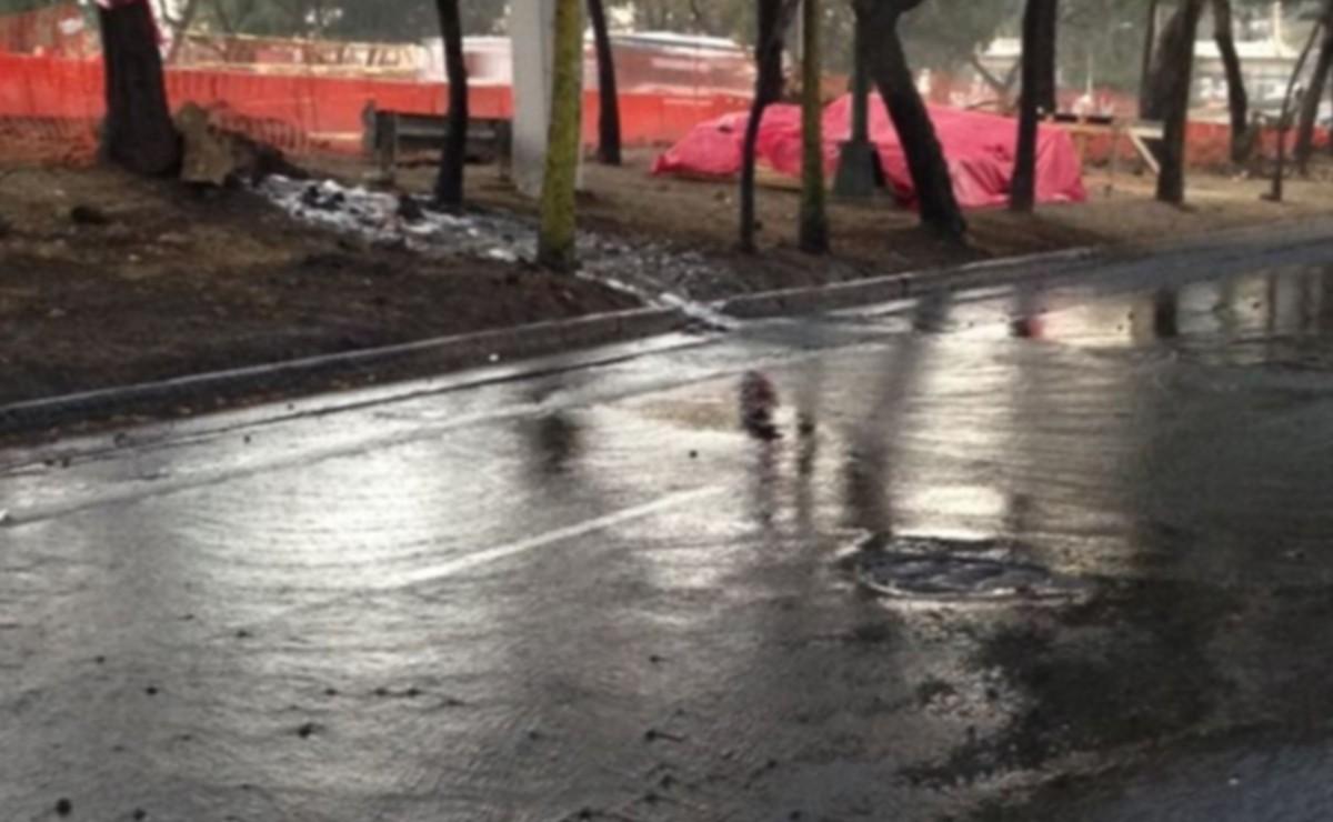 Motociclista derrapa en suelo mojado sobre el Viaducto Tlalpan y tiene muerte instantánea