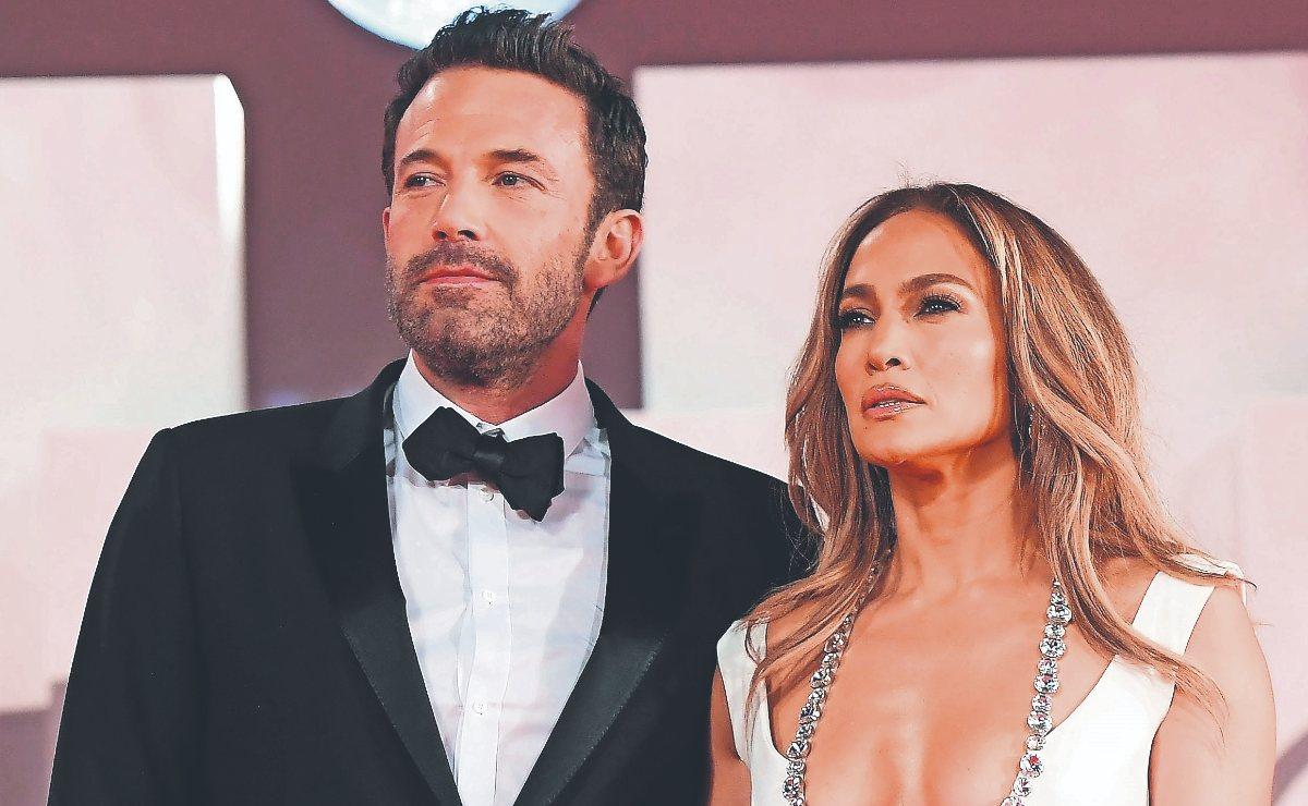 ¡Al Fin! Jennifer Lopez y Ben Affleck hacen hacen oficial su relación y lo sellan con beso