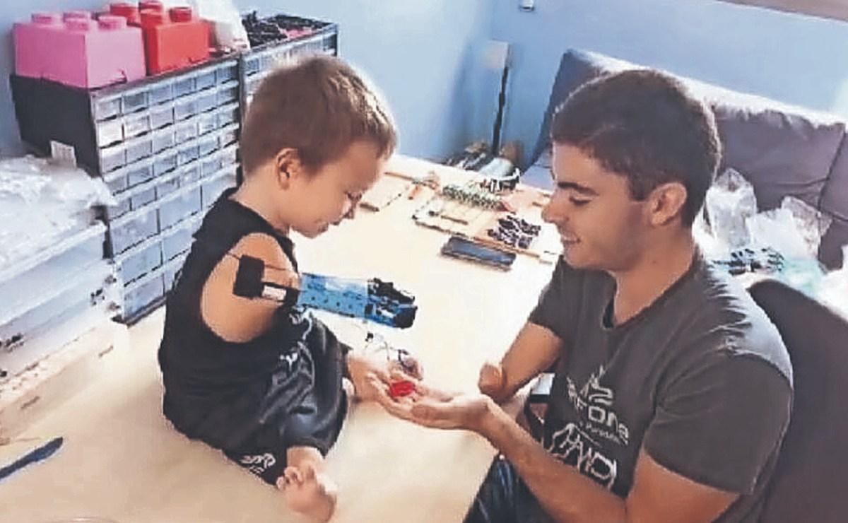 Joven español se construye prótesis con legos y fabrica una más para niño sin brazos