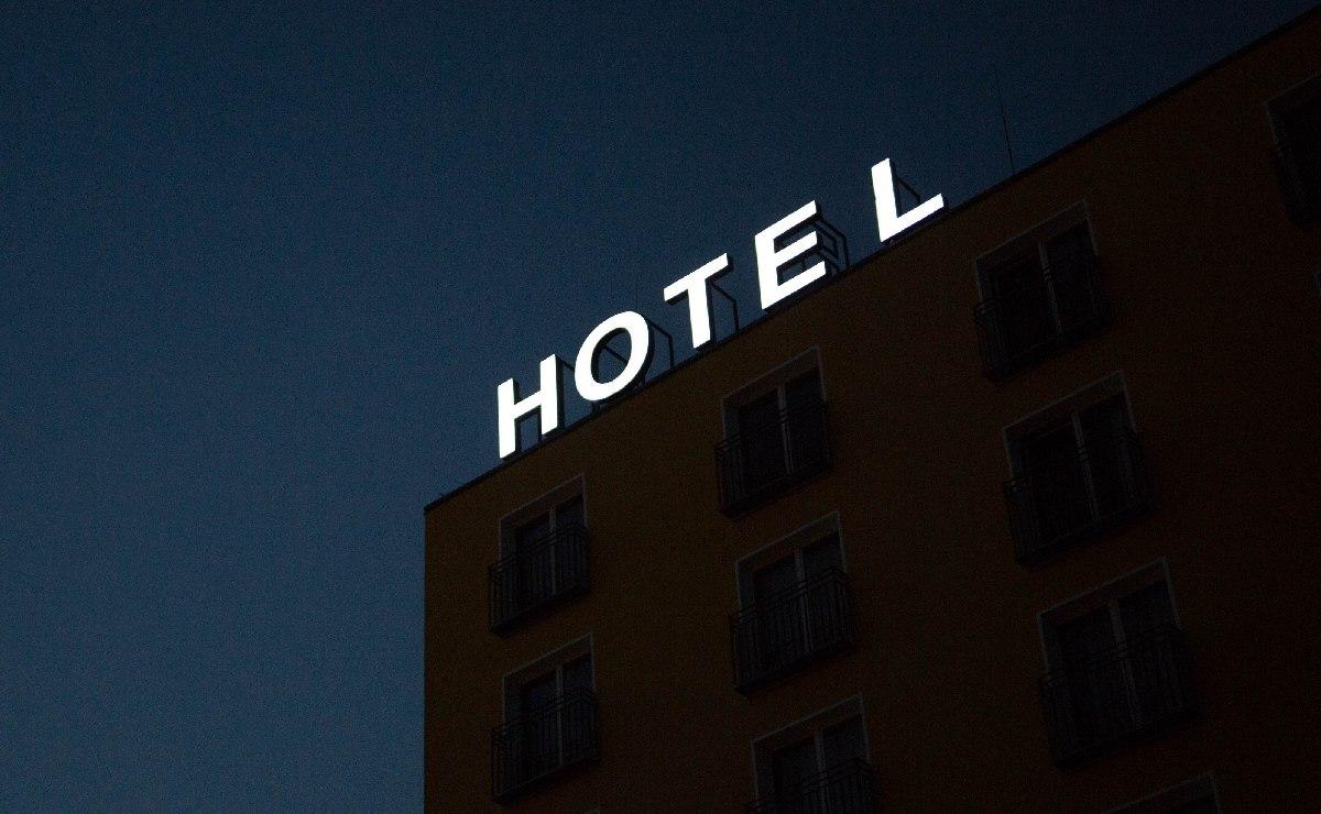 Hombre se mete con dos mujeres a un hotel y amanece más que tieso, en Morelos