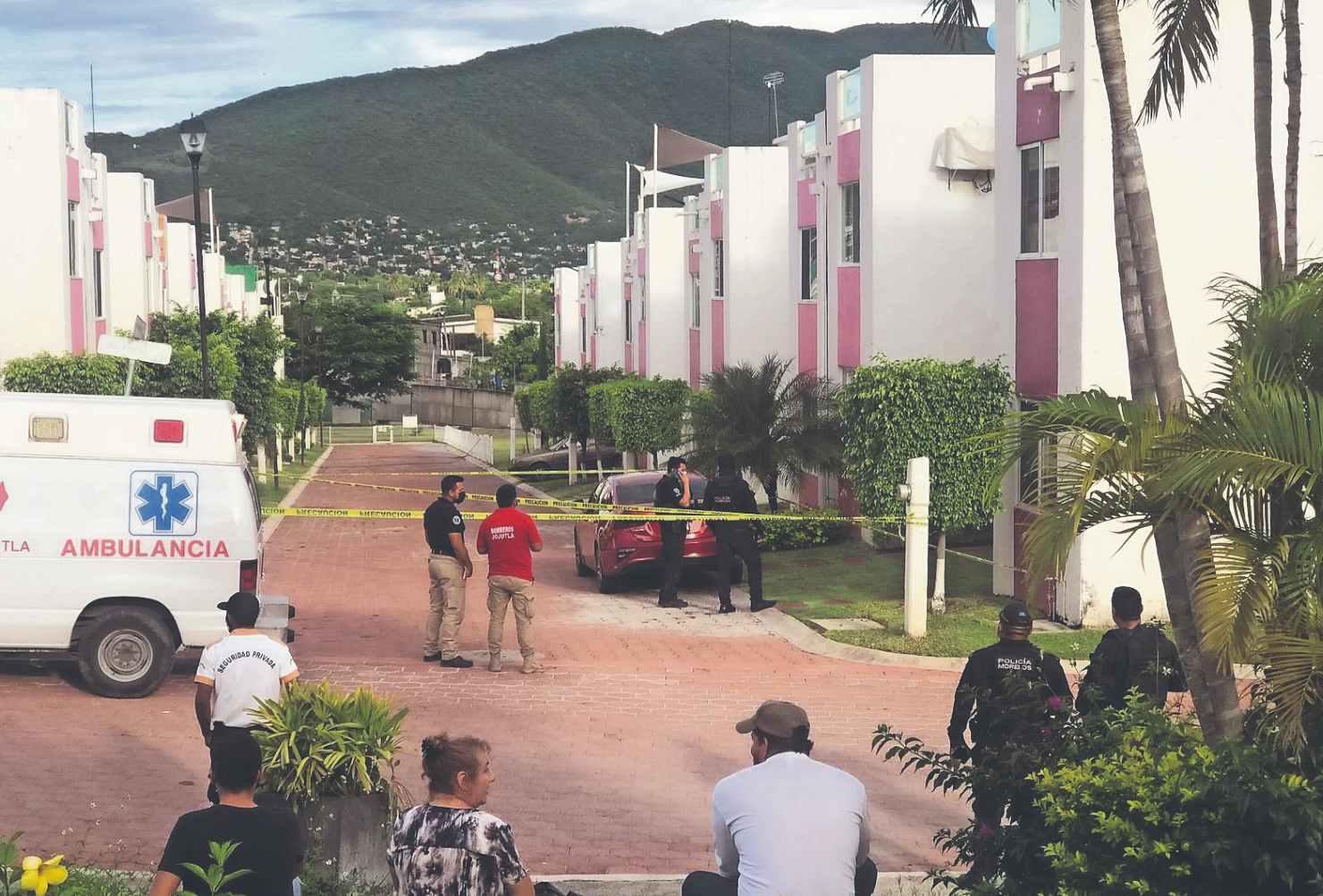 Motosicarios acribillan a dos hombres y una mujer dentro de un departamento, en Morelos