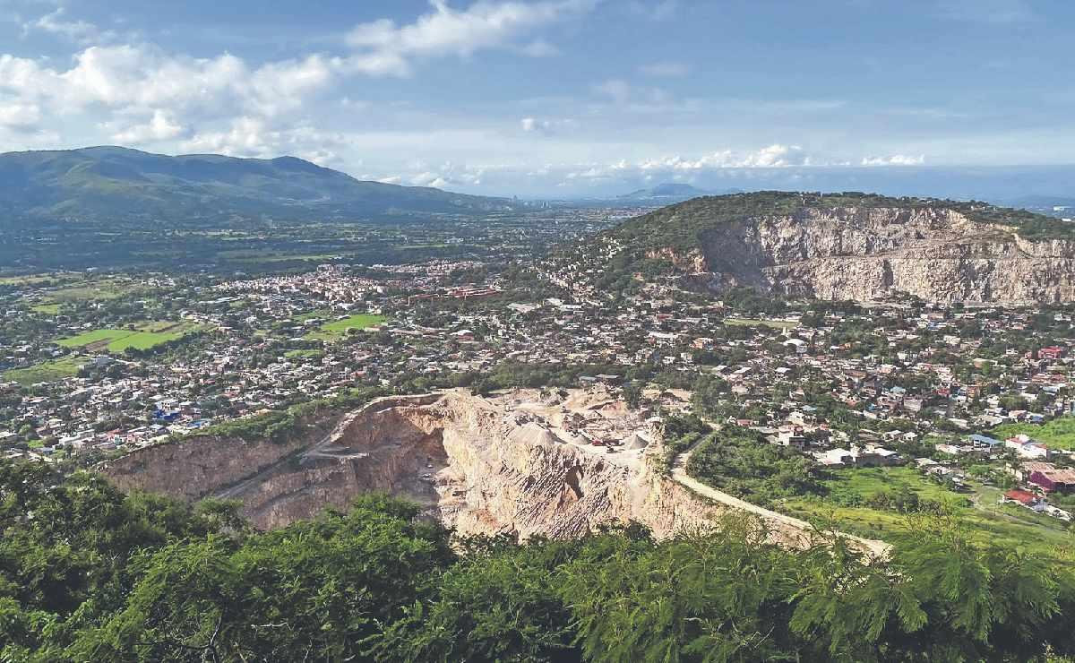 Aparece enorme grieta en cerro de Morelos, vecinos temen derrumbe mortal pero no se irán