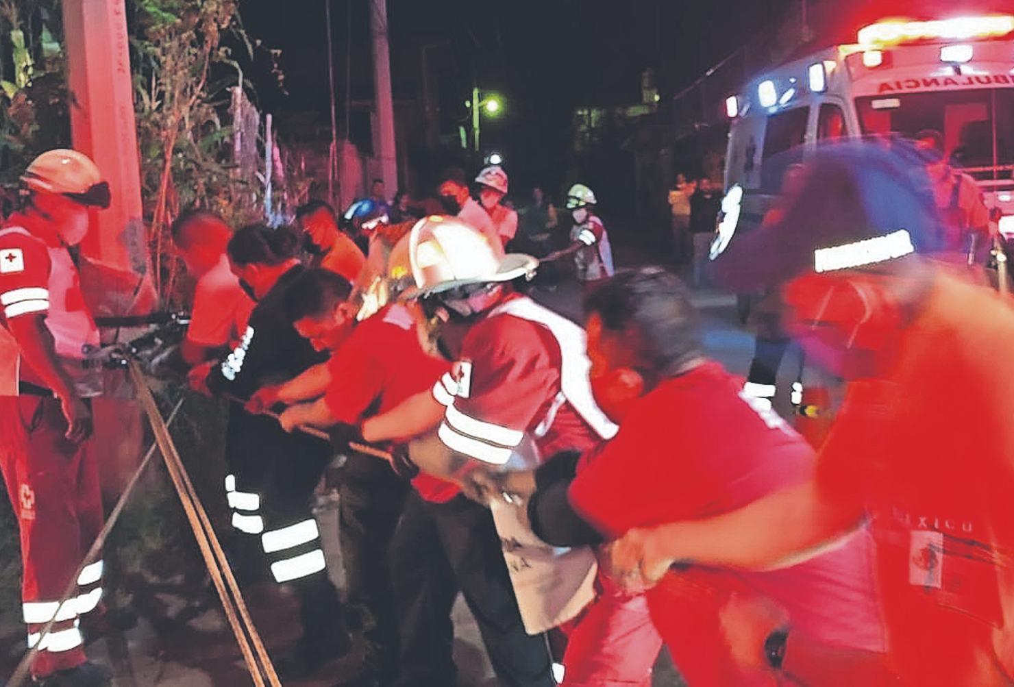 Autoridades de Morelos rescatan a hombre que cayó en barranco de 15 metros