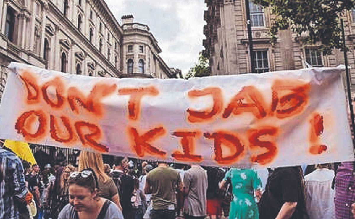 Manifestantes exigen que no vacunen contra Covid-19 a niños, en Reino Unido