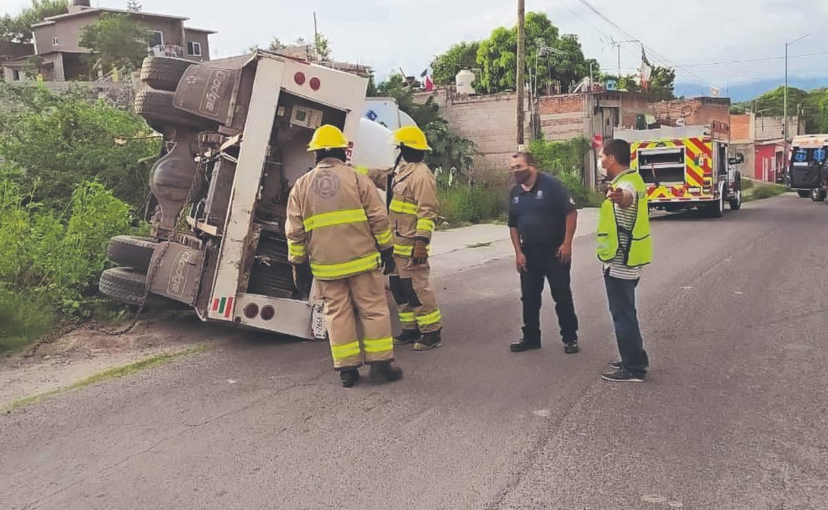 Pipa de gas a exceso de velocidad se sale del camino y termina volcada, en Morelos