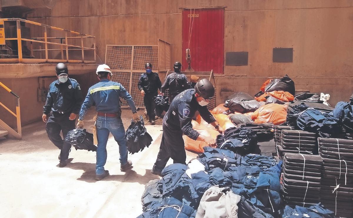 Policías incineran más de 10 mil uniformes caducados para evitar mal uso, en Morelos
