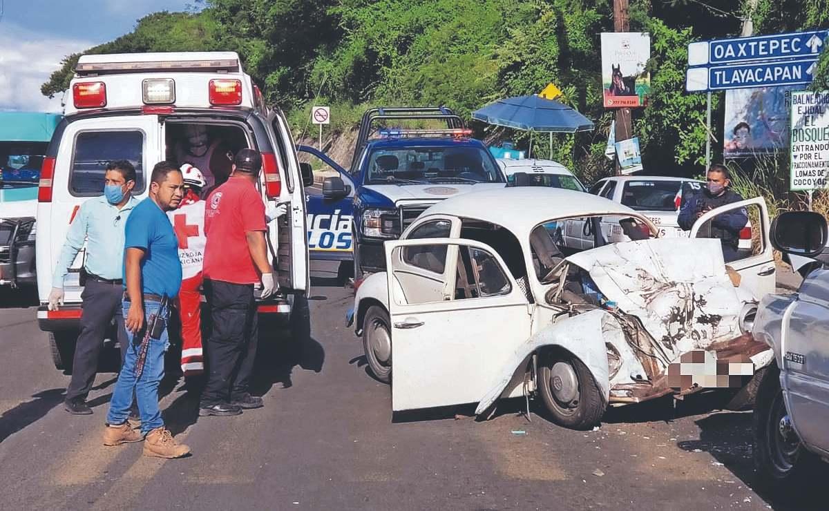 Muere automovilista al estampar su vocho contra una camioneta, frente a Six Flags Oaxtepec