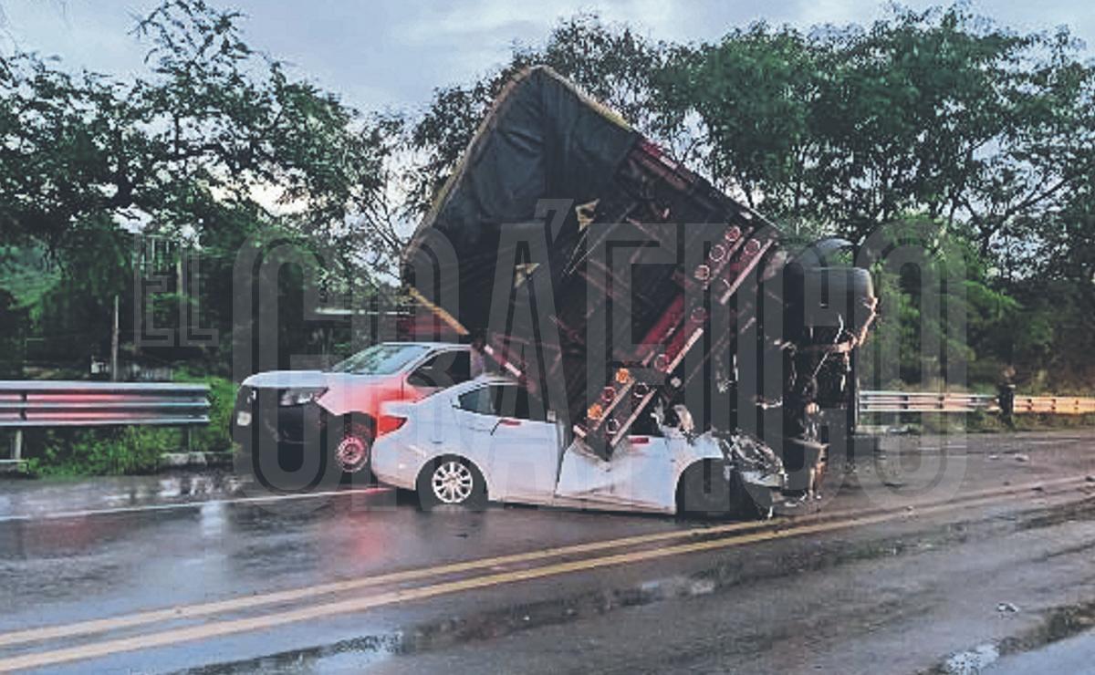 Muere de forma aterradora en su BMW, tras caerle tráiler encima en la México - Acapulco