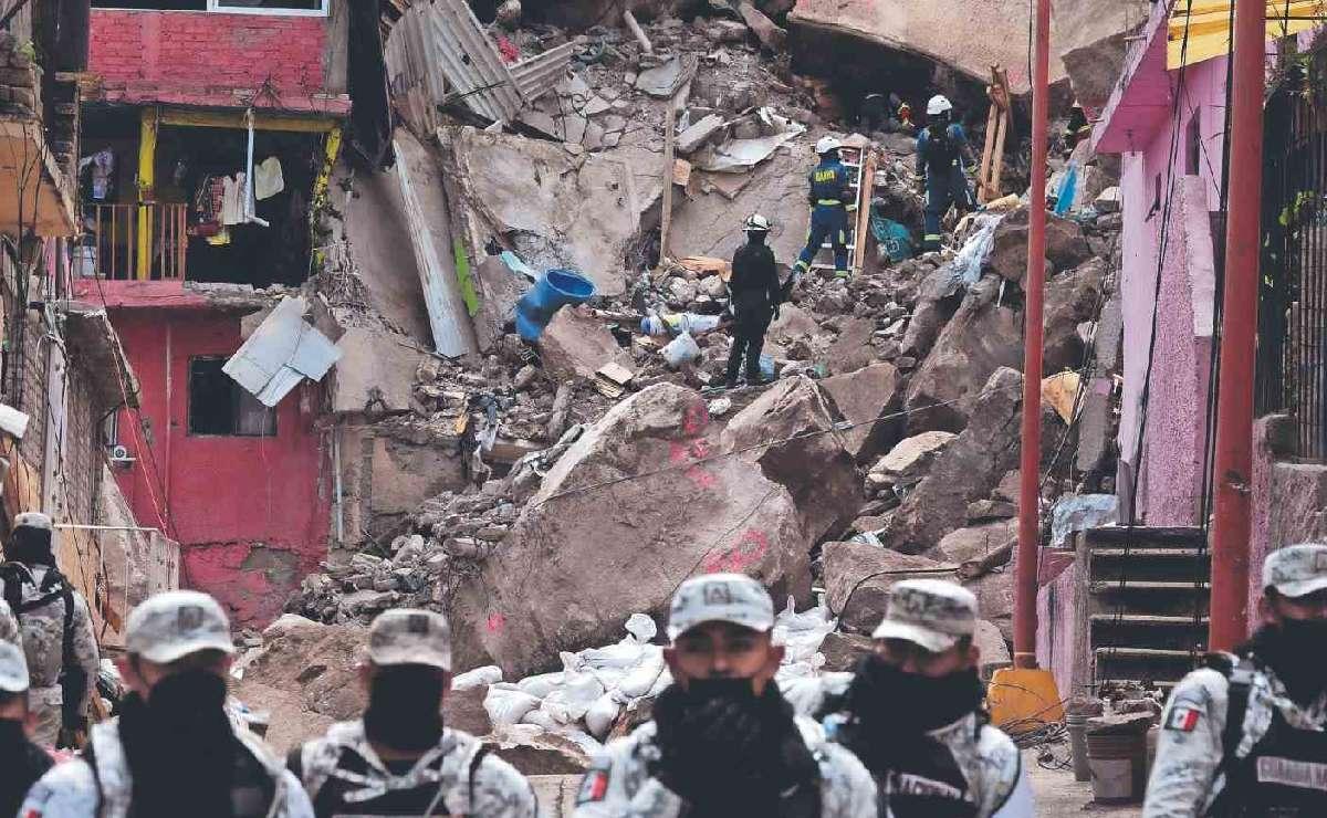 Rescatan cadáveres de mamá y su niño en Cerro del Chiquihuite, estaban bajo pesada piedra