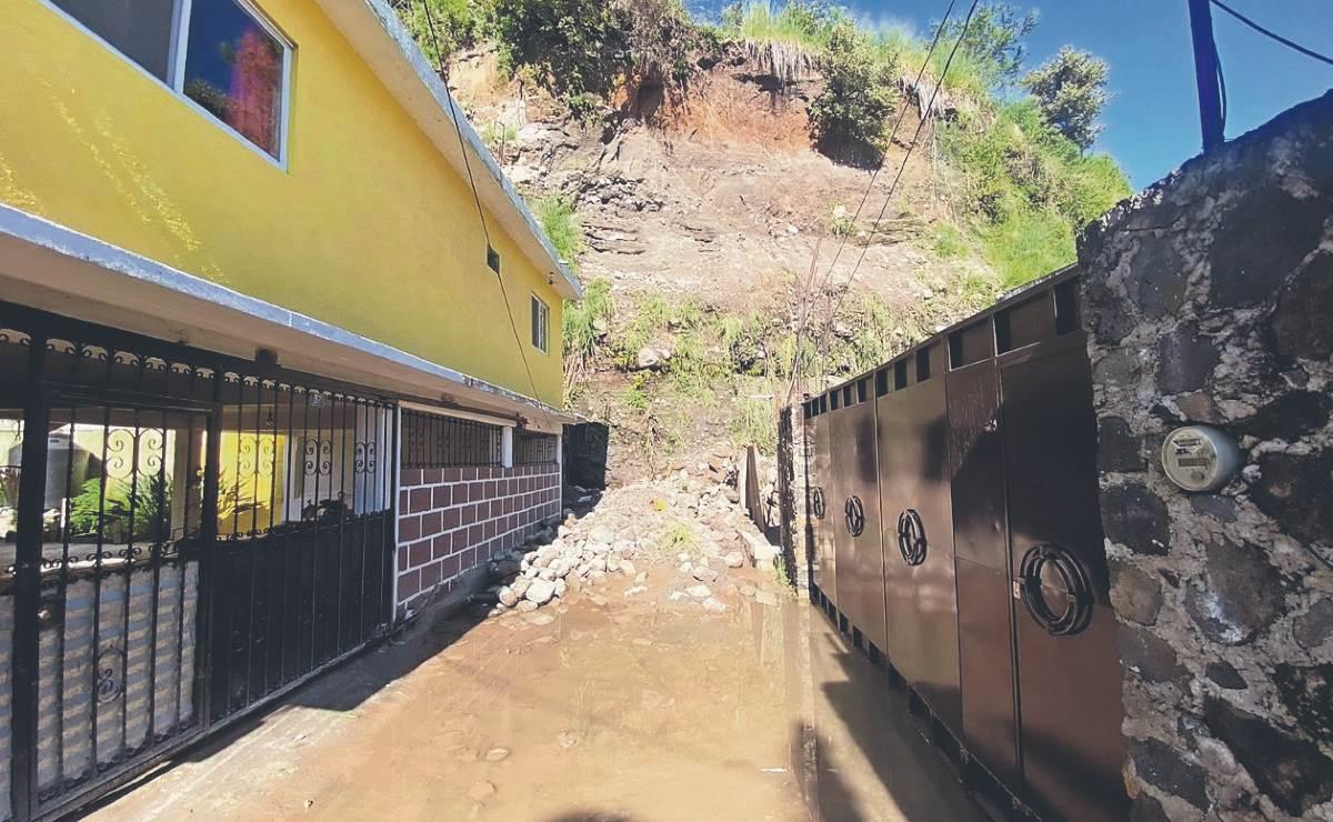 Rocas caen sobre dos viviendas en Morelos tras deslave, afectados culpan a sus vecinos