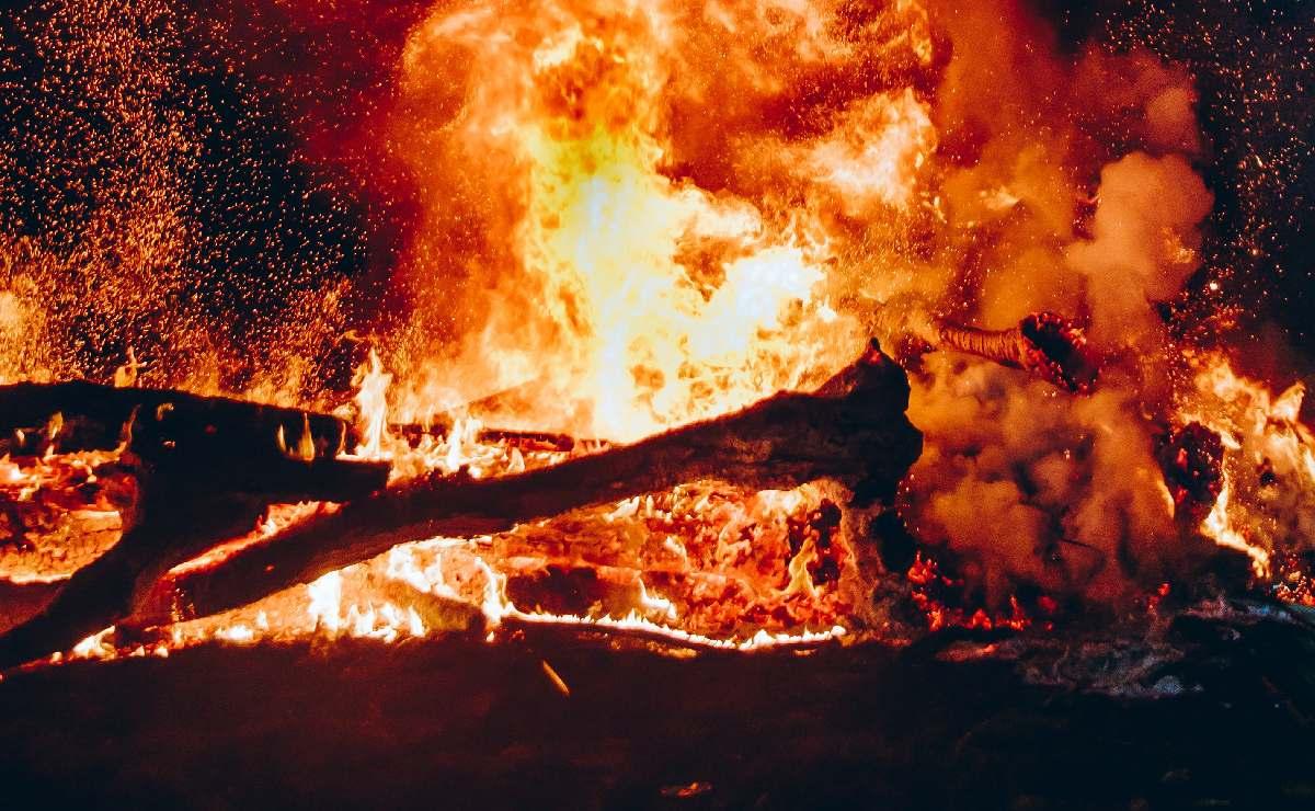 Mujer quema con gasolina a la novia de su ex y mata a su niño de 2 años