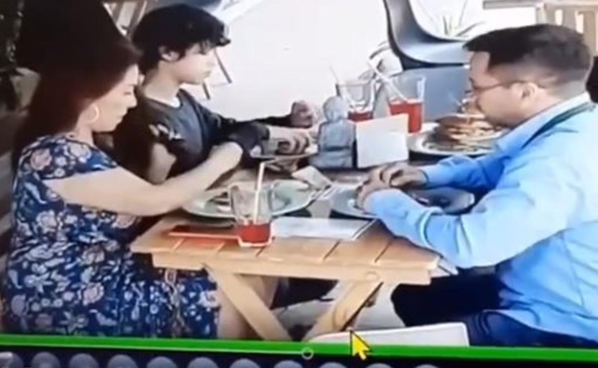 Exponen a familia por meter cabello en su comida para no pagar la cuenta, en CDMX
