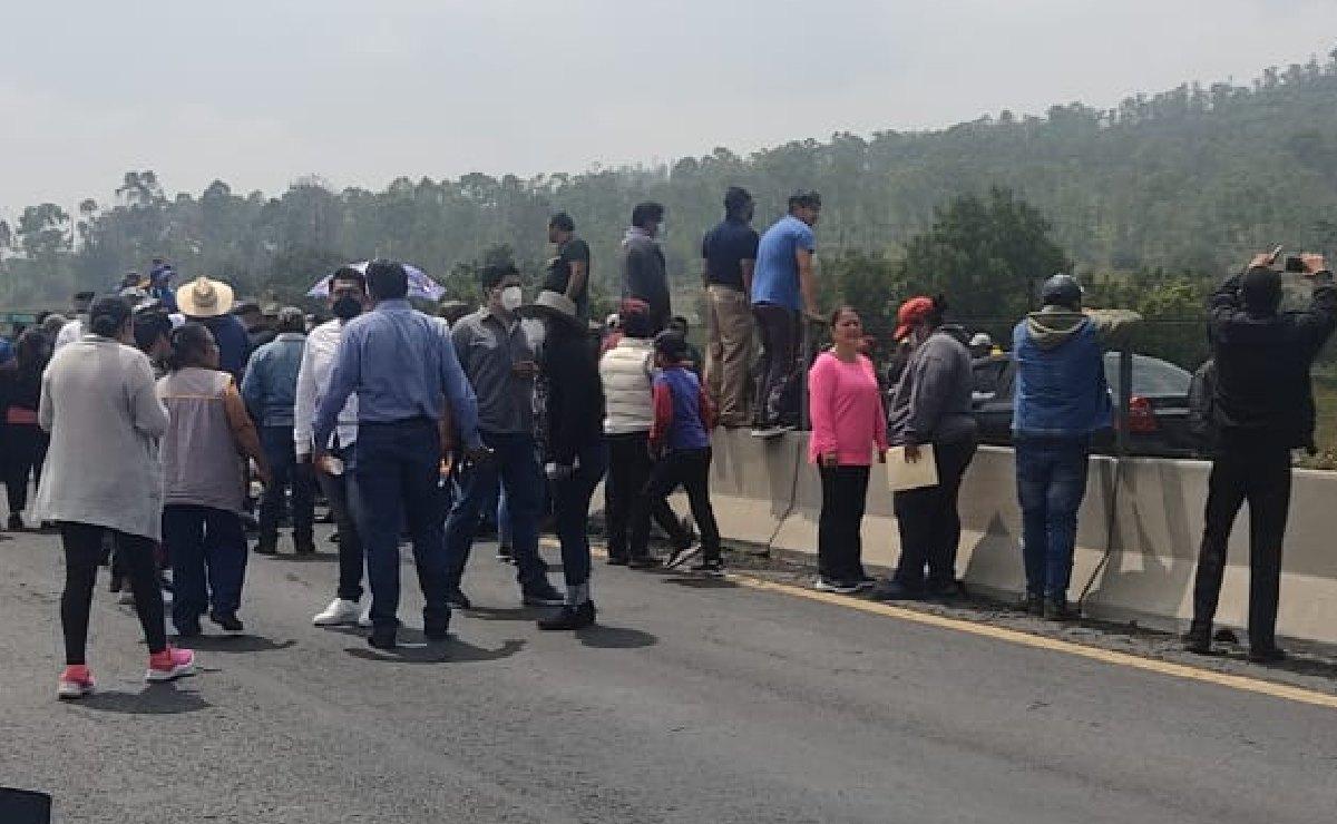 Comuneros de Ixtapaluca bloquean el Circuito Exterior Mexiquense, amagan con un plantón