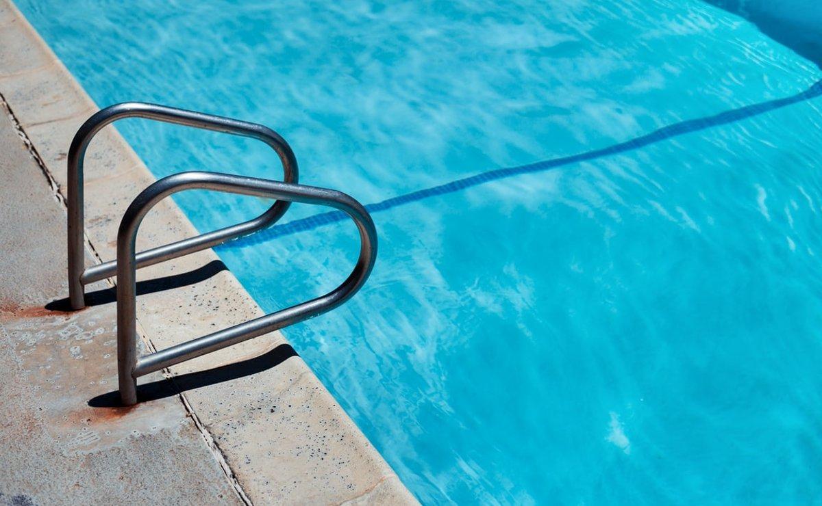 Hombre fallece ahogado en la piscina de su amigo, en Morelos