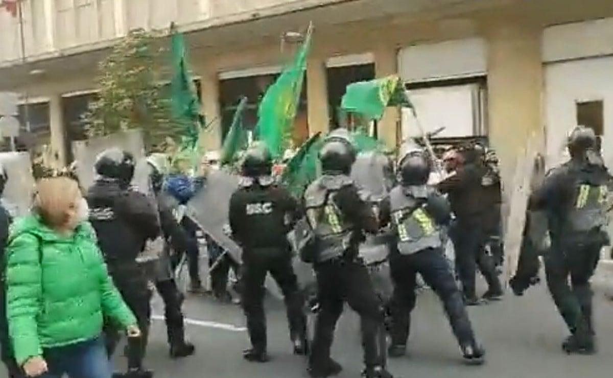 Integrantes de la UNTA se enfrentan a la policía, en su intento de protestar en el Zócalo