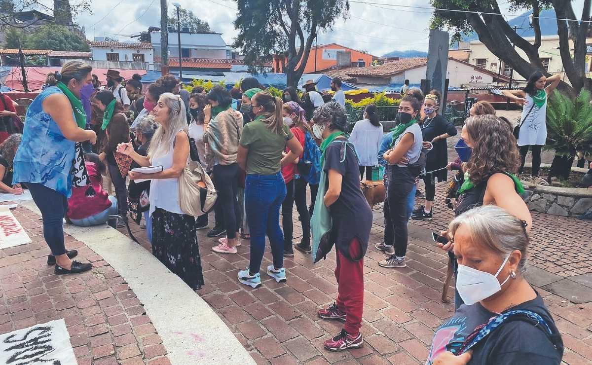 Mujeres de Tepoztlán exigen justicia contra cinco hombres violadores