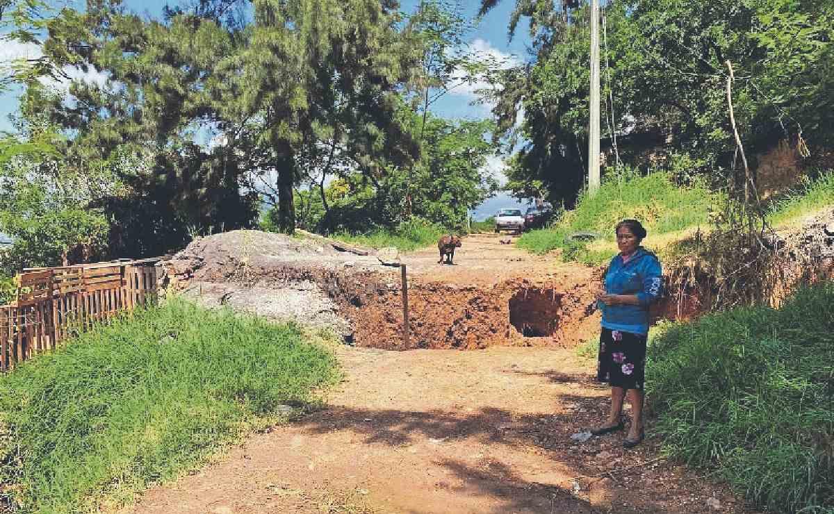 Aparecen dos nuevas grietas en cerro habitado en Jiutepec, ya desalojaron a decenas