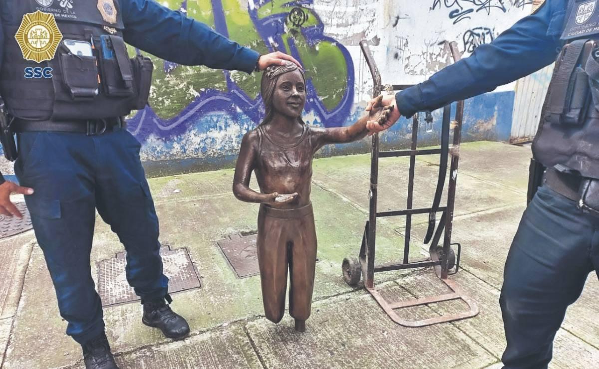 Atoran a hombre por robar estatua de bronce en plaza pública de la CDMX