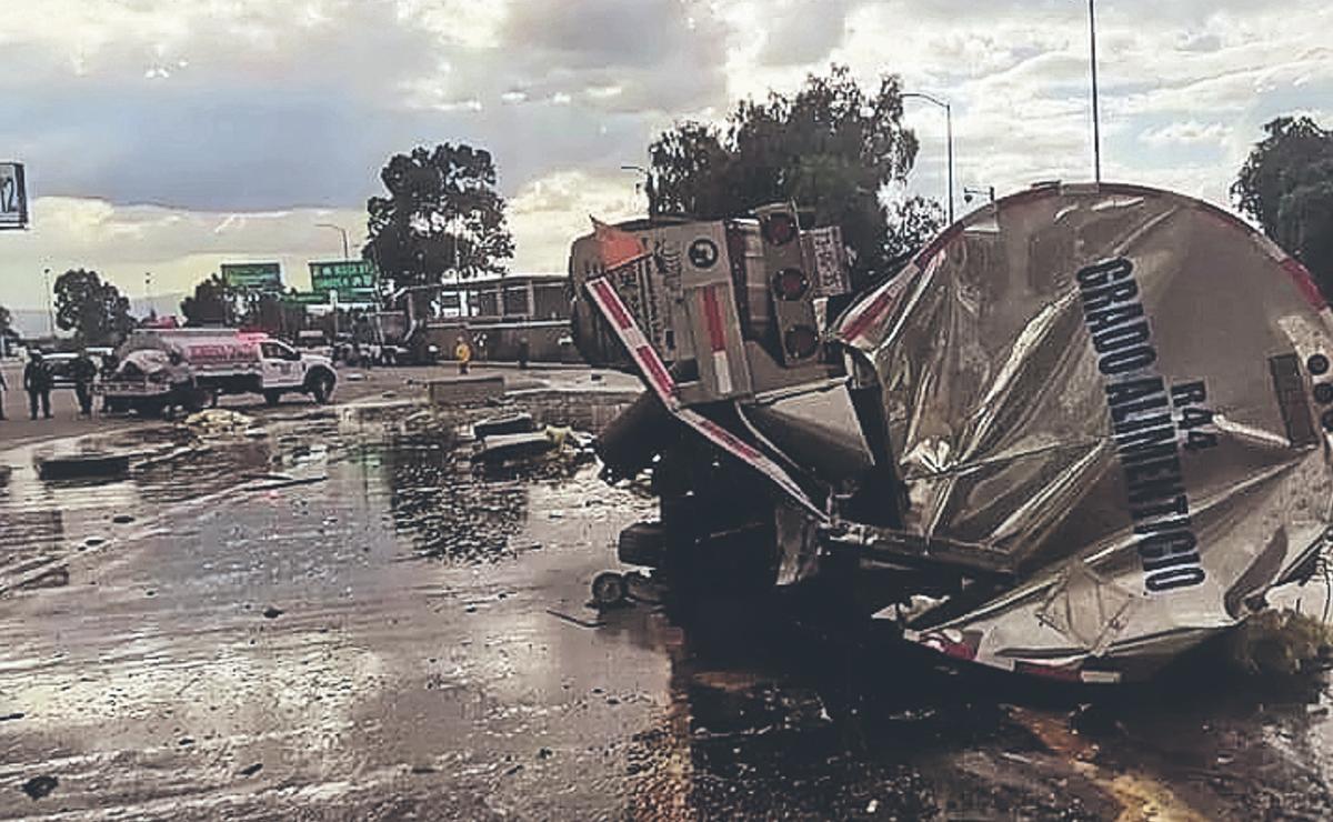 Pipa se queda sin frenos, destroza una caseta y deja varios heridos en la México-Puebla