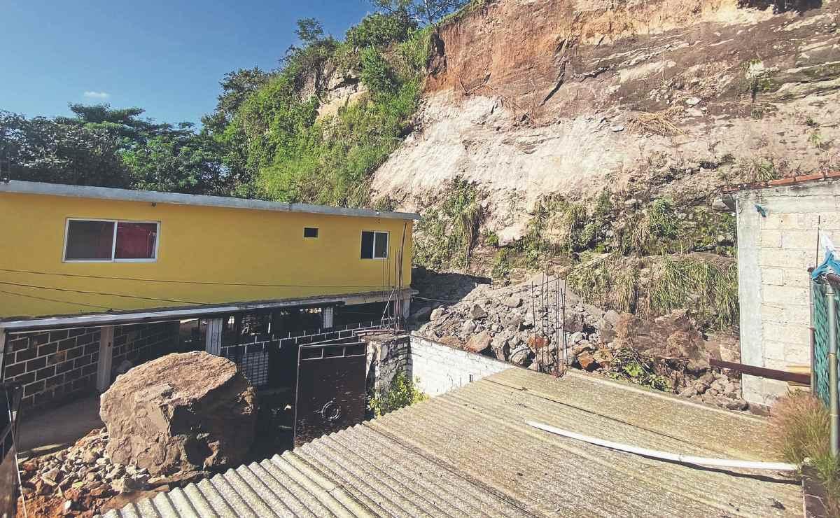 Vecinos de Morelos temen por sus viviendas, se presenta otro deslave de piedras