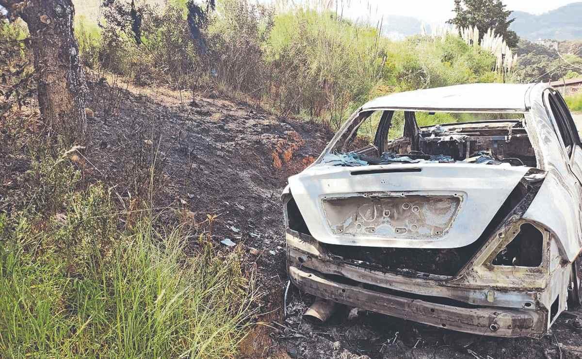 Hallan cadáveres calcinados dentro de cajuela en coche en llamas, en Naucalpan