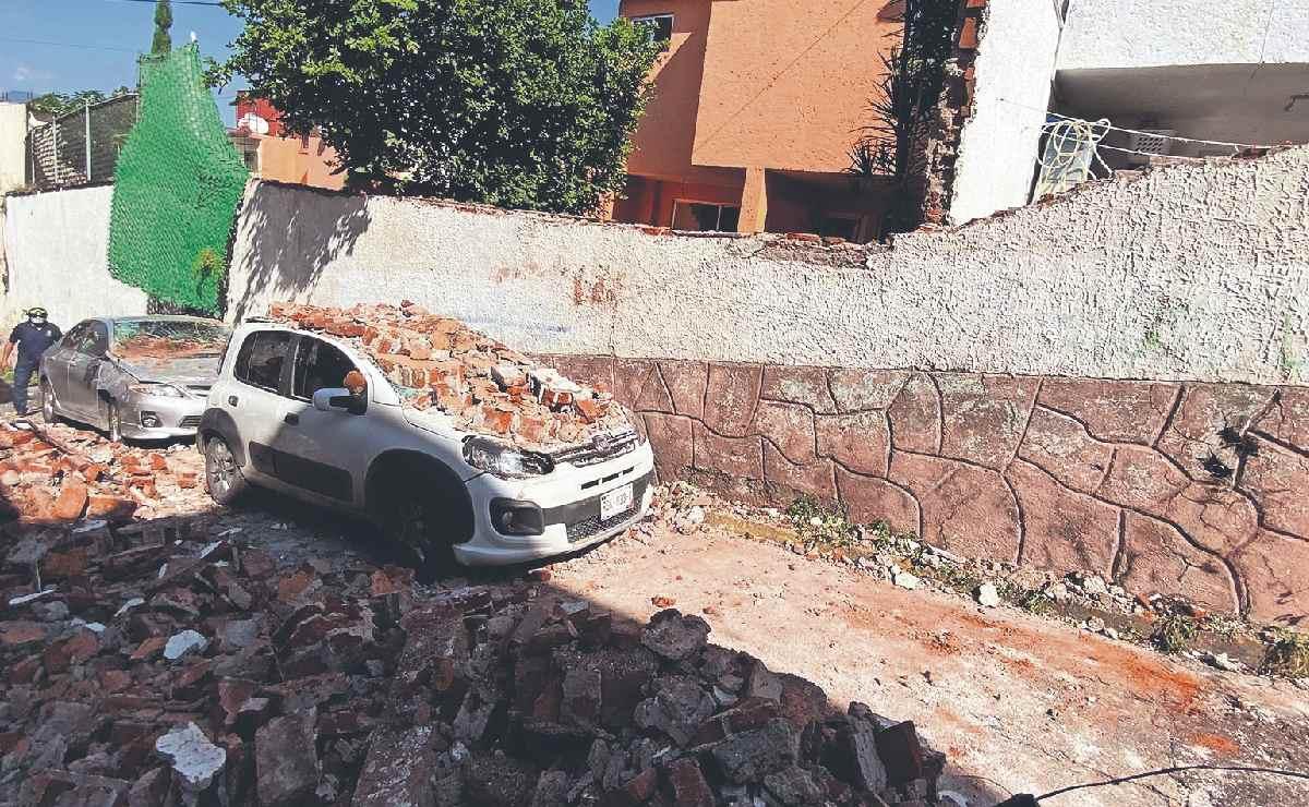 Colapsa barda de condominio que ya había sido advertido, aplastó 3 autos en Cuernavaca