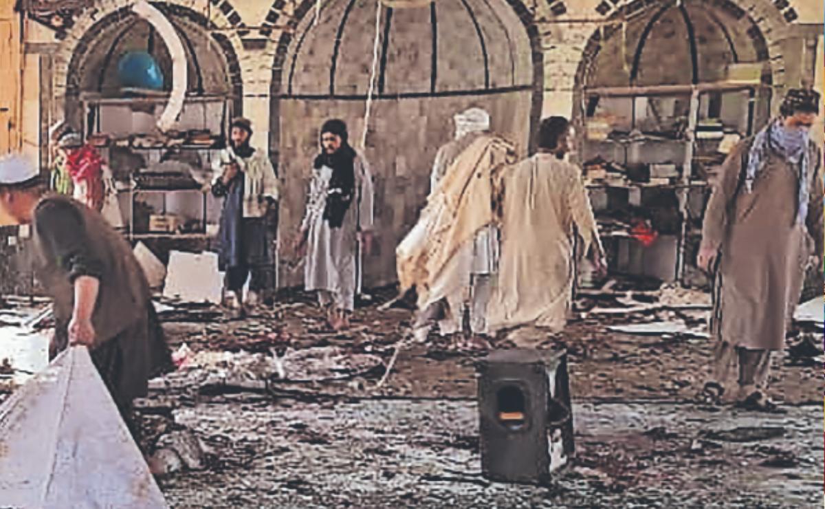 Ataque suicida en mezquita de Afganistán deja 80 personas muertas y 100 heridas