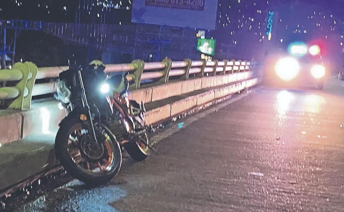 Motociclista derrapa y muere al chocar contra valla de puente, en Cuernavaca