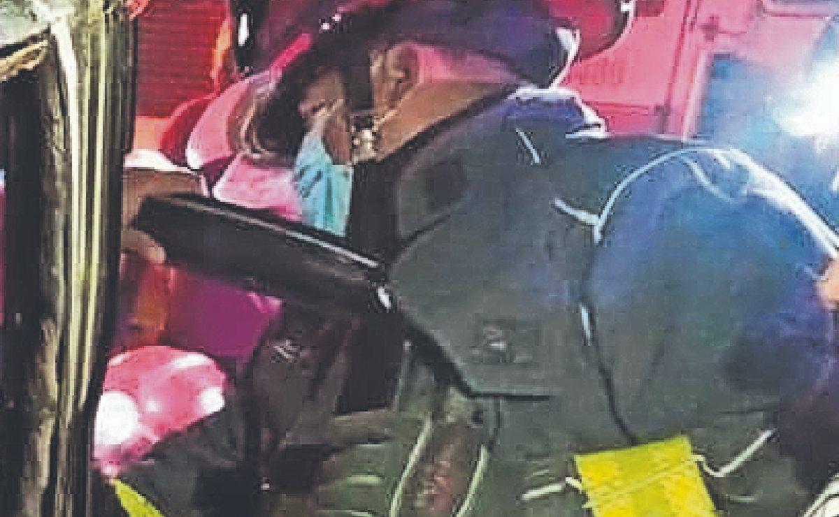 Conductor a exceso de velocidad choca y queda atrapado en su camioneta, en Morelos
