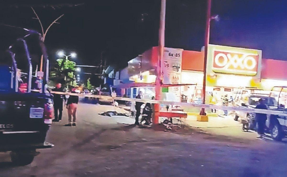 Despedazan cabeza y sacan sesos a hombre con un AK47, afuera de un Oxxo en Morelos