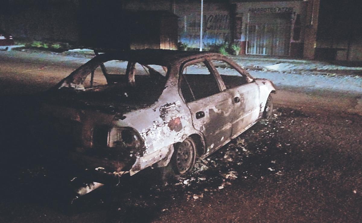 Turba furiosa de Morelos quema vehículos y detiene a policía, quería linchar a 2 ladrones